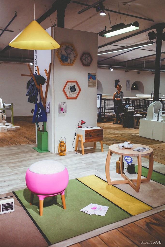 żółta lampa,drewniana szafeczka designerska,drewno na łódz design festival,ramki drewniane,różowa pufa
