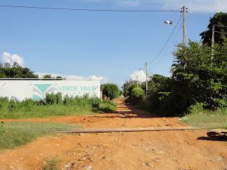 rua de acesso para a escola