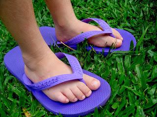 Pés de menino usando chinelo de dedo Havaianas