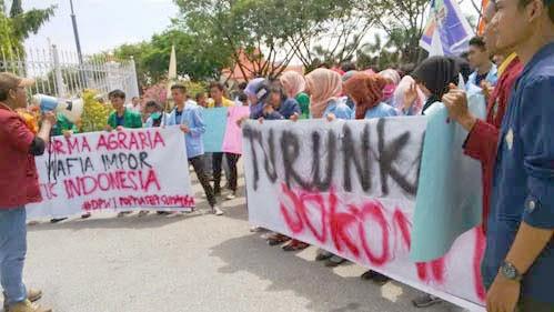 "Dianggap Tidak Pro Rakyat, Gabungan Mahasiswa 14 Perguruan Tinggi se-Sumatera Menuntut Jokowi Mundur - Ribuan mahasiswa se-Sumatera menggelar unjuk rasa atas kepemimpinan Presiden Jokowi yang tidak sesuai dengan keinginan rakyat. Aksi Demonstrasi di kantor Gubernur Riau, Kamis, (2/4) tersebut menuntut mundur Presiden Joko Widodo dari jabatannya sebagai Presiden RI.  Aksi ini diikuti dari berbagai universitas di Sumatera seperti Unri, UIN Suska, Universitas Andalas Sumatera Barat, Universitas Islam Sumatera Utara, dua dari Universitas Provinsi Aceh. Tergabung ada aktivis 14 perguruan tinggi se-Sumatera.  Mereka menuntut Presiden RI mundur karena dinilai kebijakan-kebijakan yang dikeluarkan telah menyengsarakan rakyat. Diantaranya, kebijakan menaikan Bahan Bakar Minyak (BBM) yang sudah beberapakali terjadi.  ""Jokowi memang presiden pilihan rakyat, tapi kebijakannya justru tidak berpihak kepada rakyat,"" kata Olgi, koordinator aksi unjuk rasa dilansir jpnn.com.  Ada enam tuntutan yang disampaikan Popmasepi. Pertama mendesak pemerintah untuk memaksakan pembaharuan agraria. Kedua hentikan impor beras. Ketiga optimalkan pelaksanaan dan pemerataan pembangunan irigasi pertanian. Keempat mendesak pemerintah merealisasikan pembukaan 9 juta hektar laan untuk pertanian.  Kelima, turunkan harga BBM serta terakhir meminta kepada Joko Widodo turun dari jabatannya sebagai Presiden RI.   Sebelumnya, Rabu (1/4) aktivis mahasiswa juga menggelar unjuk rasa dengan tuntutan yang sama yakni meminta Presiden Jokowi turun dari jabatannya. Aktivis yang tergabung dalam Dewan Pengurus Wilayah I Sumatera, Perhimpunan Organisasi Profesi Mahasiswa Sosial Ekonomi Indonesia (Popmasepi) berdemo di kantor DPRD Riau Jalan Sudirman Pekanbaru. [www.banuasyariah.com]"
