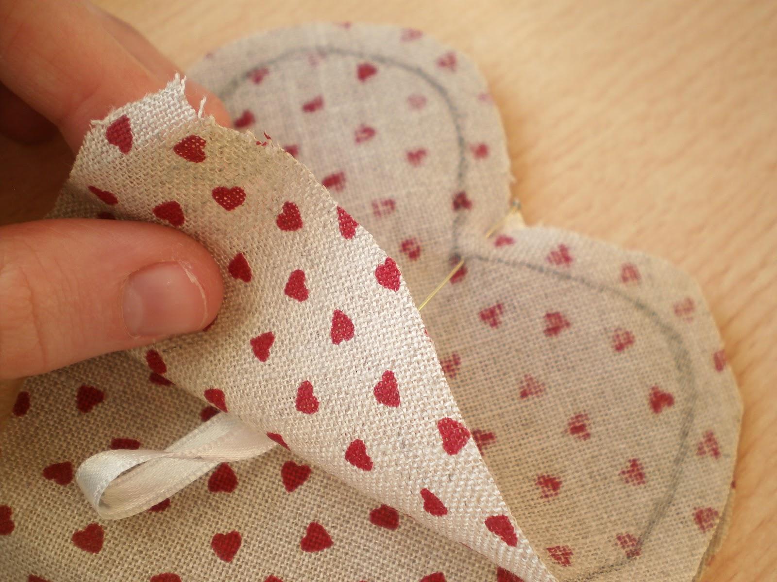 Todo manualidades corazones de tela for Zapateros tela para colgar