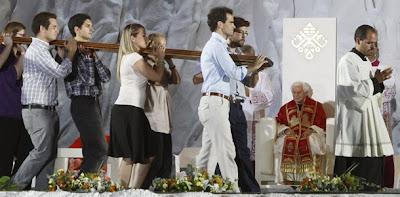 Jovens carregando a cruz