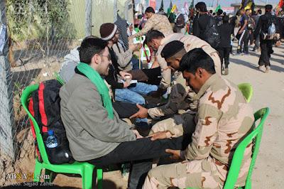 بالصور عاشوراء الاحتلال الإيراني والجيش مهمته التدليك وتقبيل الأقدام