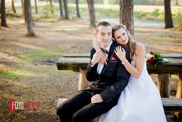 """Czerwone dodatki ślubne, biżuteria sutasz """"Say YES""""."""