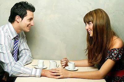 أسئلة بسيطة تساعدك على معرفة شريك حياتك جيداً - امرأة تغازل رجل - woman flirt with man
