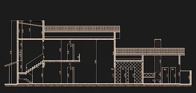 Esta seção do projeto salienta a sala de jantar com pé-direito duplo, com visão por um mezanino que funciona como sala de televisão, próxima aos dormitórios do pavimento superior.