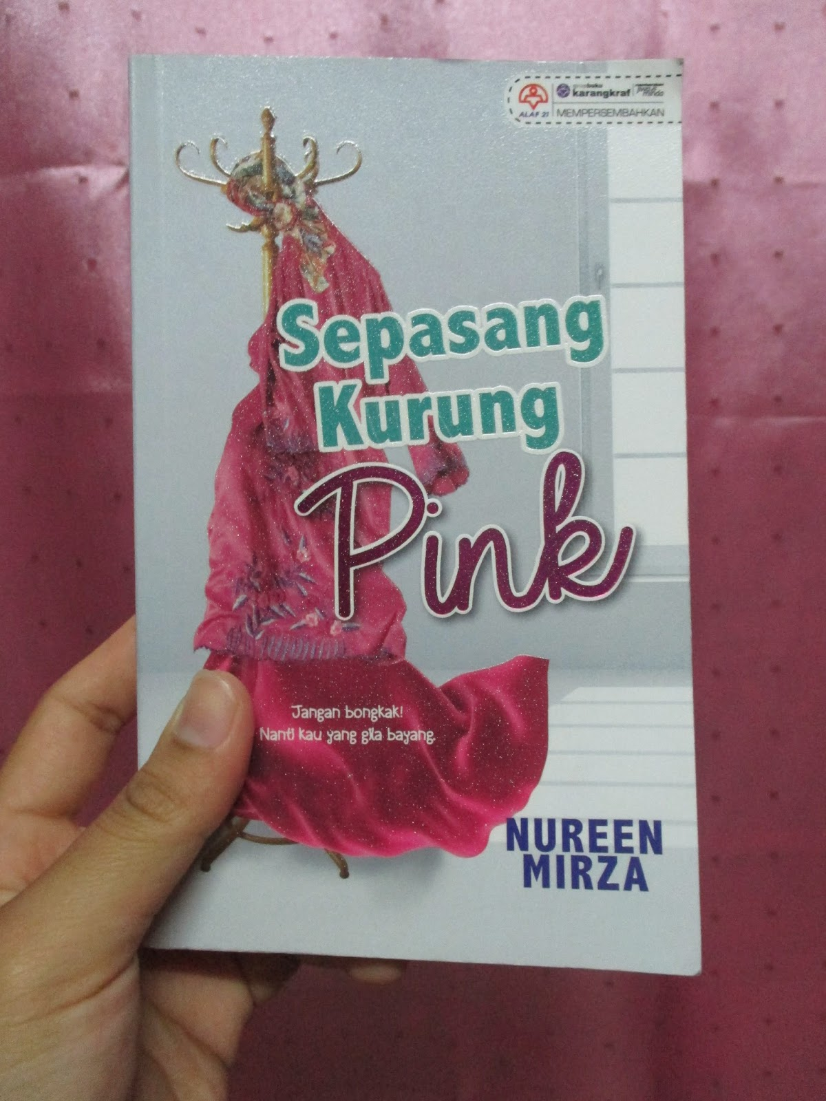Review Novel: Sepasang Kurung Pink