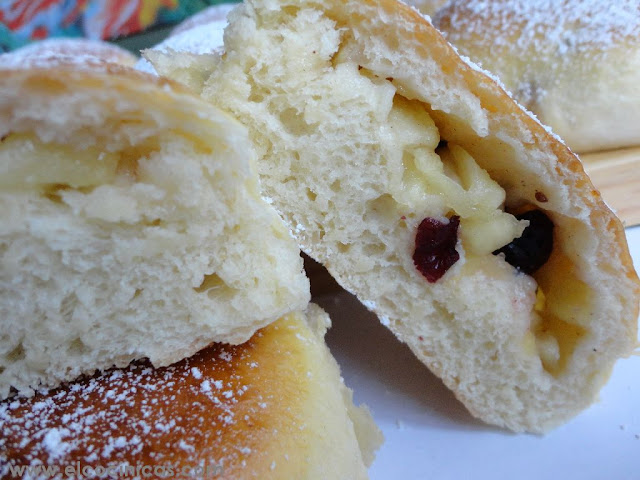 Bollos rellenos de manzana y arándanos