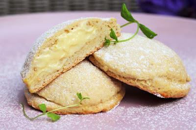 """Oppskrift på fine """"buttermilk"""" scones med vaniljekrem"""