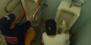 membersihkan toilet umum