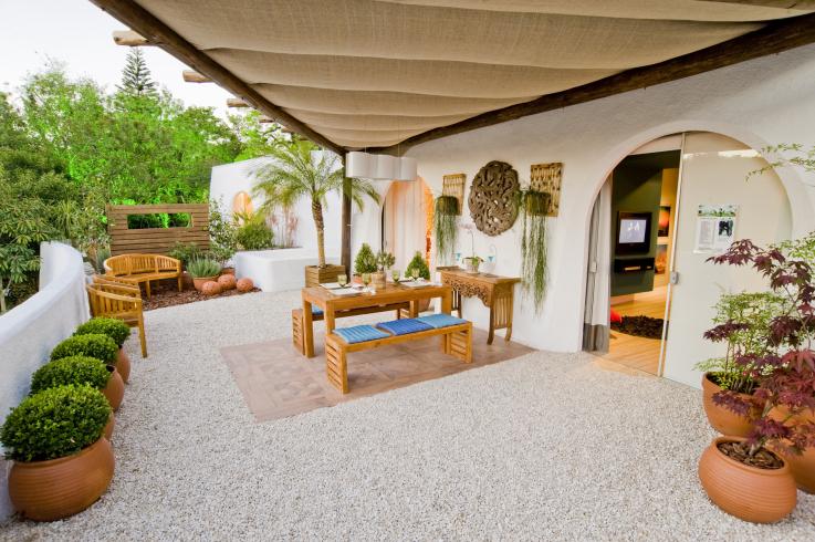 jardim vertical terraco:Composição de topiarias, palmeiras e flores.