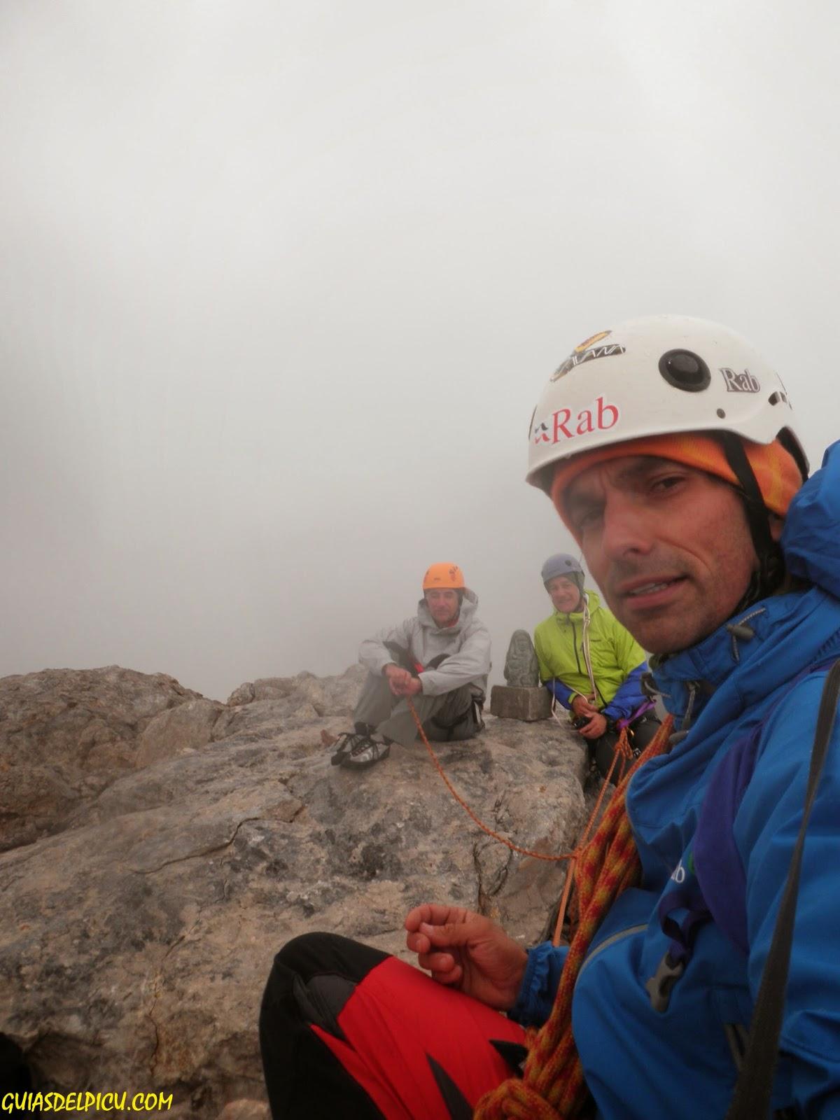 Fernando Calvo Guia de alta montaña. Escalar el naranjo de bulnes con guia de montaña