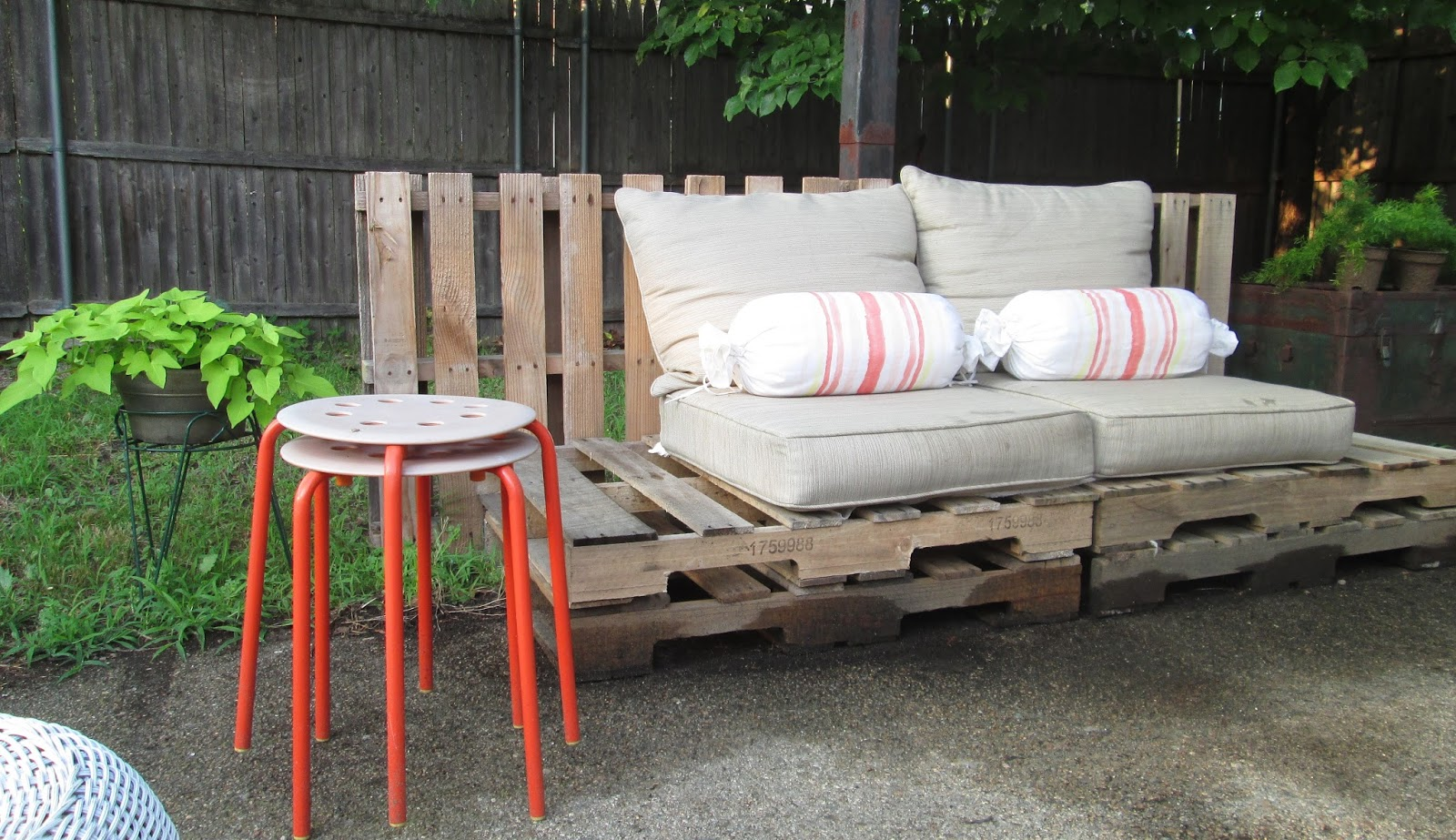 amber wilhelmina outdoor spaces diy pallet lounge seating