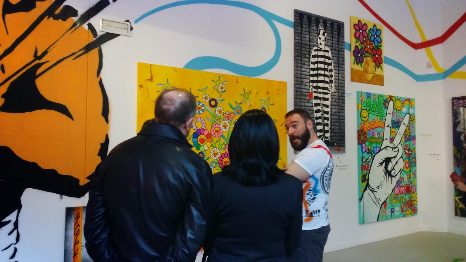 Antonio Felipe explicando su obra