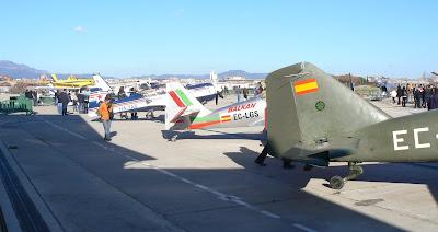Renglera d'avions exposats a la Plataforma R-1 a l'Aeroport de Sabadell Diada de la Patrona 2012.