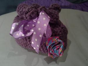 Bolsita de crochet con lazo y detalle de flor