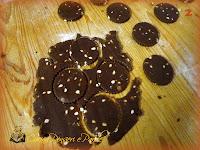 Biscotti al cacao con gocce di cioccolato bianco