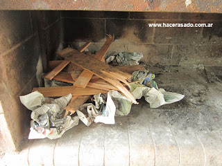 papel y maderas para encender fuego para el asado