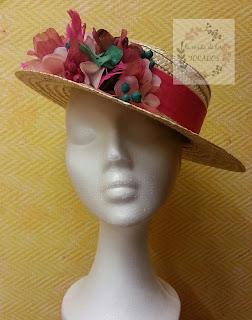 Canotier para boda con flores y hojas artesanales en distintos colores y texturas