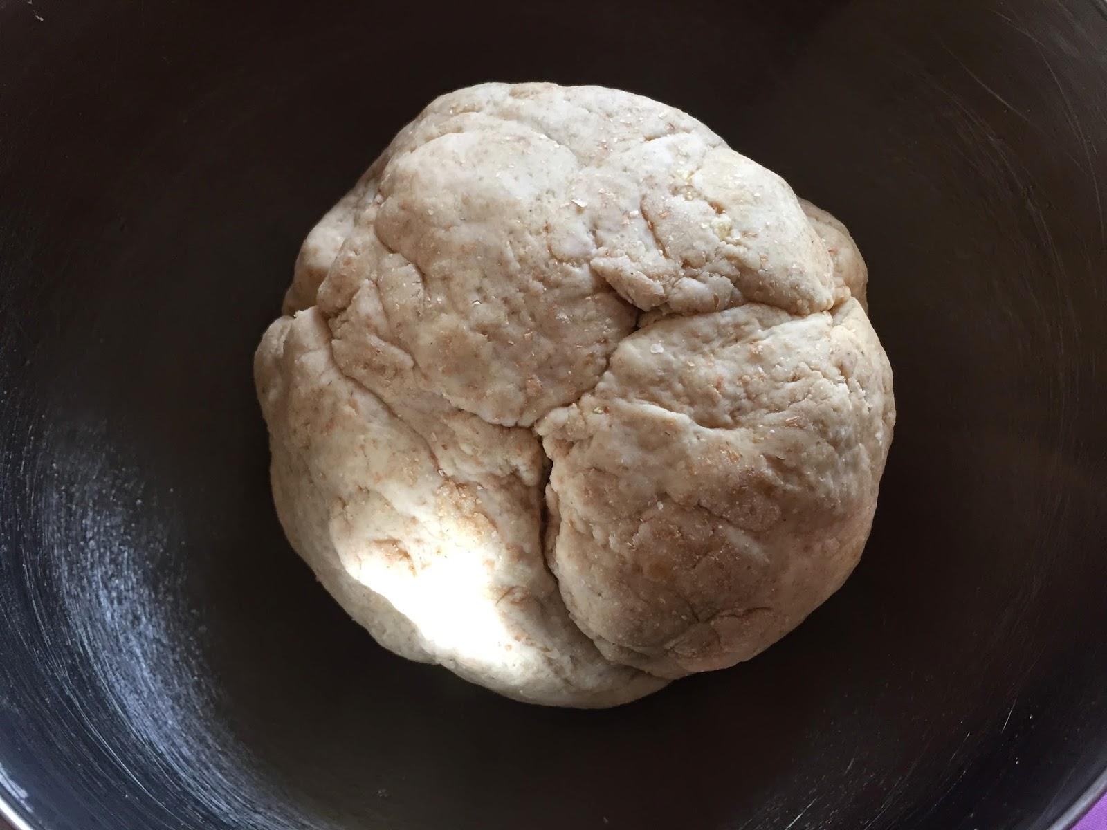 Empanada de bacalao, dándole forma de bola a la masa.