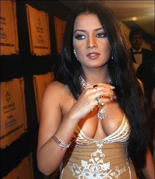 malika sherawat hot pics: mallika sherawat wardrobe malfunction