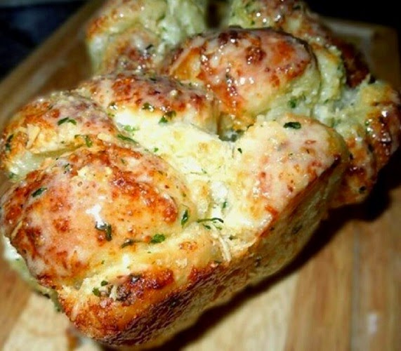 http://www.melissassouthernstylekitchen.com/2012/03/garlic-cheese-pull-apart-bread.html