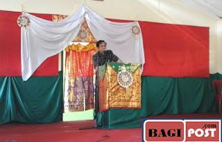 Kepala SMK T Wira Bhakti memberi sambutan dalam acara pentas seni dan budaya BNN