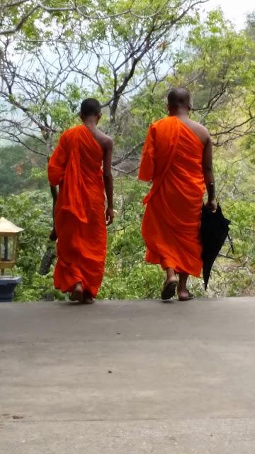 Monjes budistas en las cuevas de Dambulla (Sri Lanka)