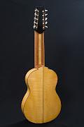 Deze Gevlamd esdoorn gitaar (zij en achterkant) heeft een naaldhout .