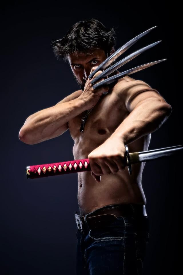 cosplay wolverine torse nu avec katana