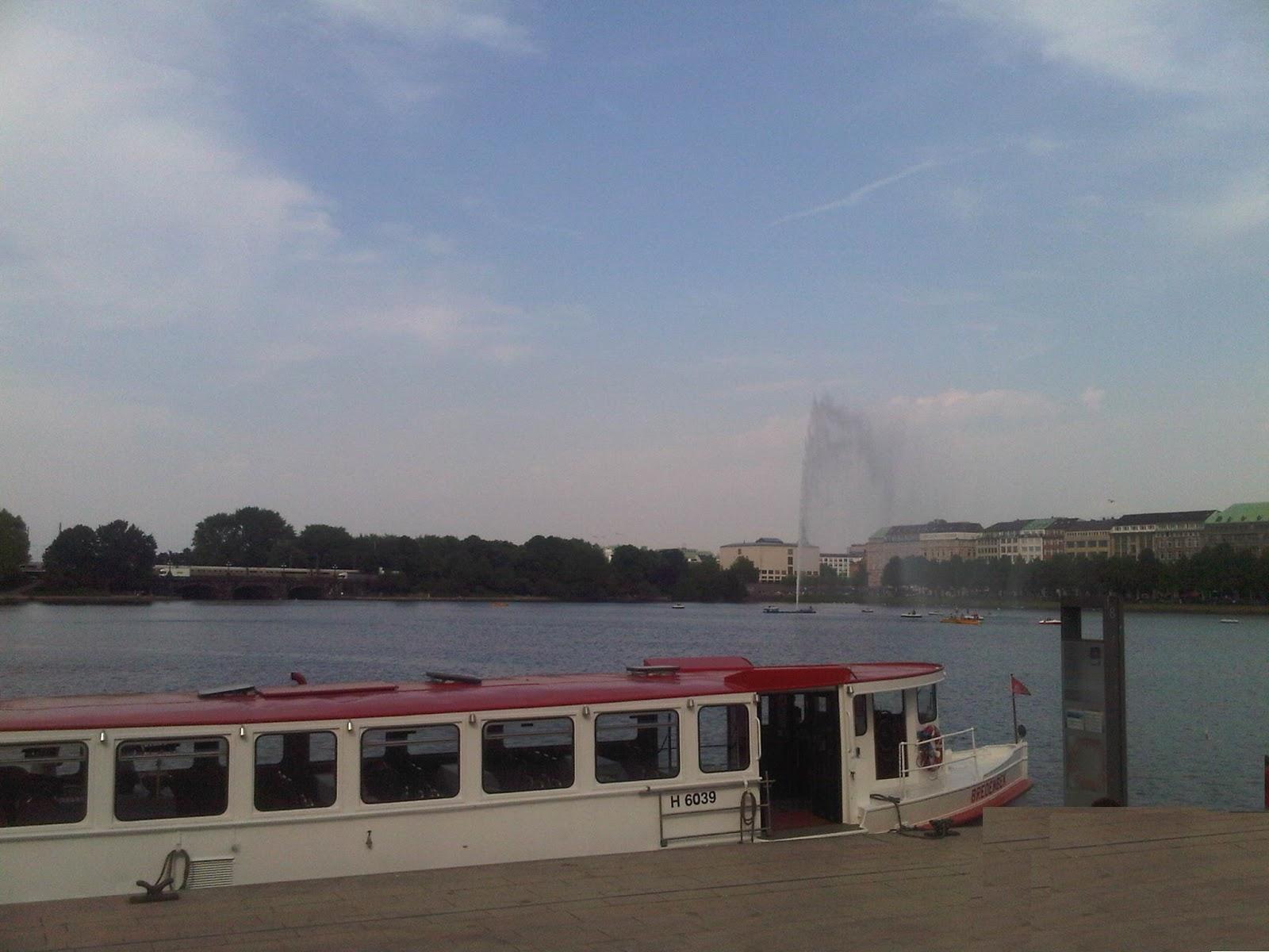 Nordufer der Binnenalster mit festgemachtem Alsterboot