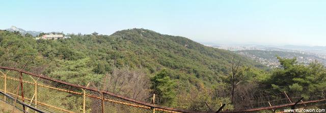 Alambrada militar en la muralla de Seúl