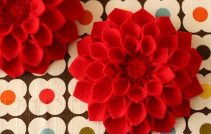 Из ткани можно сделать очень красивые цветы, посмотрите на фото ниже, смотрится изумительно, можно найти достоное...