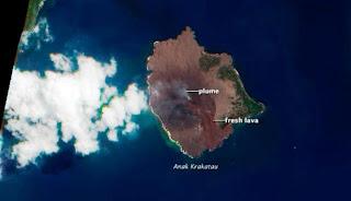Anak Krakatau Melontarkan Lava Pijar