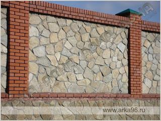 Каменный забор с кирпичными столбами. Фото 10
