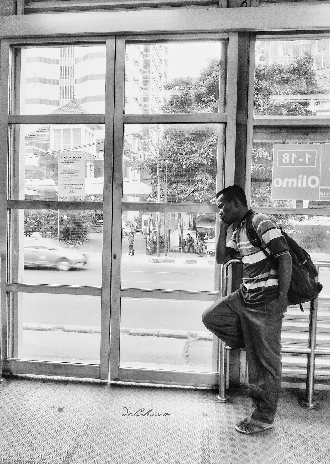 Menerima_Telepon_Halte_Transjakarta_Busway_Olimo