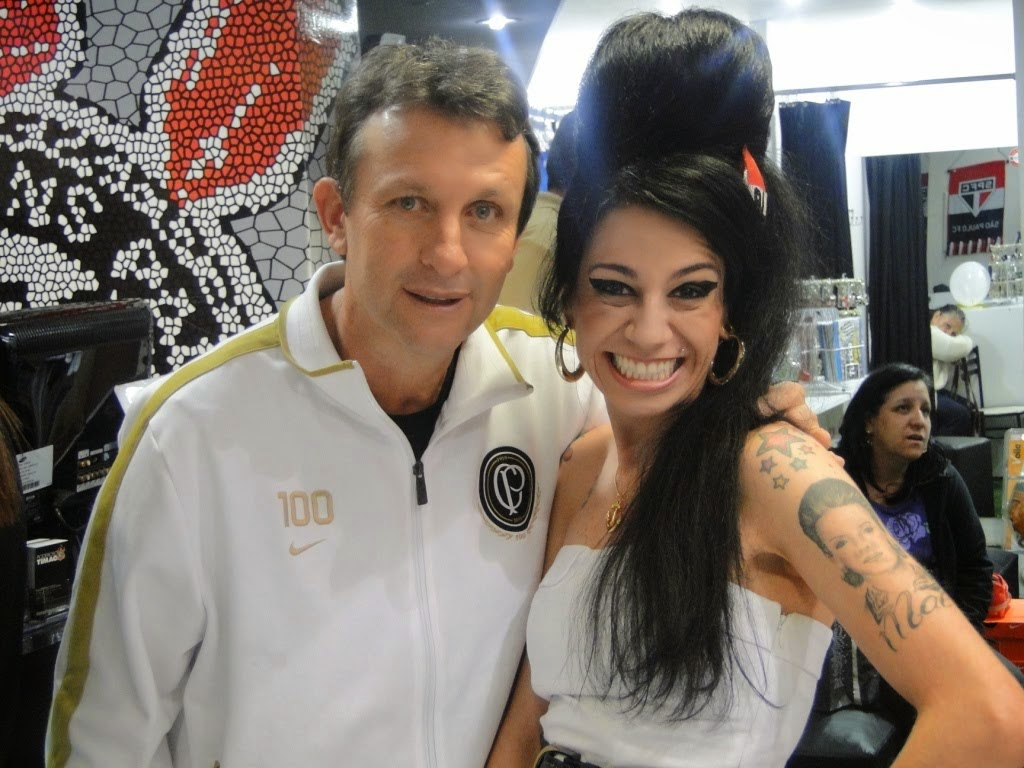 Sósia Amy Winehouse com o craque Neto