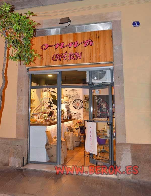 Decoración exterior de cafetería cubana en el barrio de Gracia