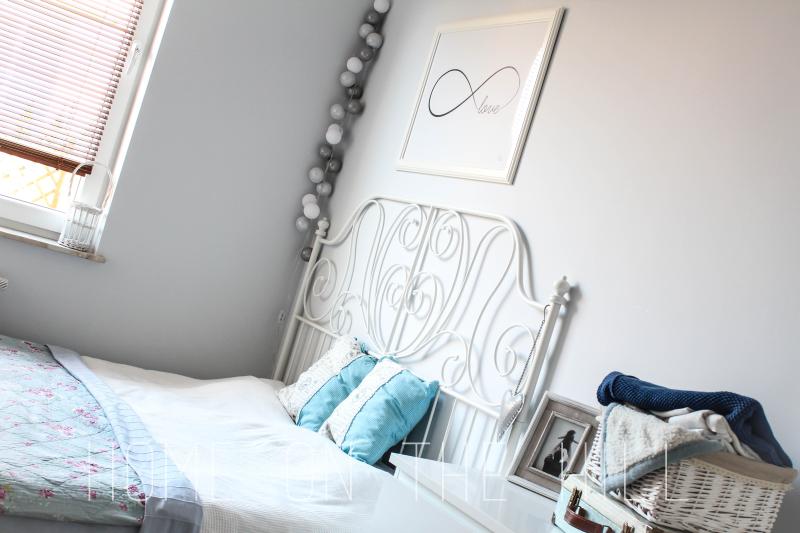 sypialnia w skandynawskim stylu, plakat w sypialni, typograficzny plakat