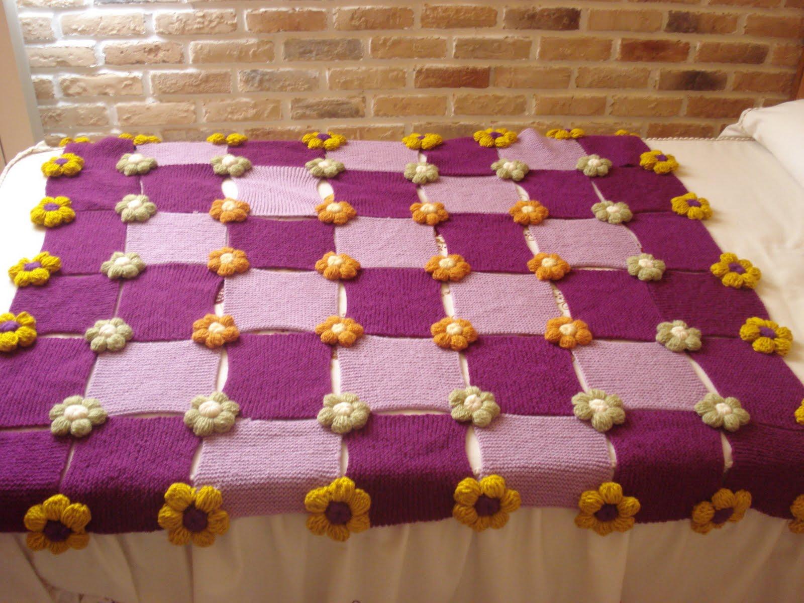 Manta lila en dos agujas y flores de bot n en ganchillo for Mantas de lana hechas a mano