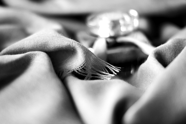 SchwarzWeiß-Aufnahme von einem Codello-Tuch und einem Chloé Parfumflakon  { by it's me! }