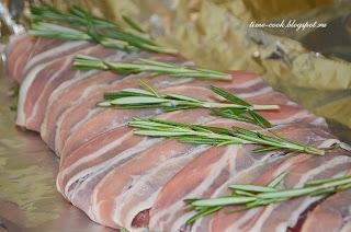 Мясо, запеченное с беконом и розмарином