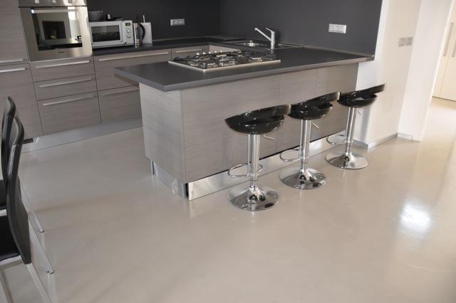 Ristrutturazioni case cerchi la soluzione ideale per un pavimento funzionale la resina - Resina per cucina ...