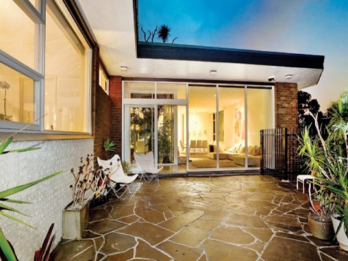 Mid-century Modern Design House Has A Magnificent Courtyard