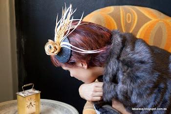 Tocado con base de paja natural con plumas de oca y flor hecha a mano sujeta con peinecilla