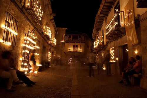 imagen de las calles de pedraza ilumoinadas por un grannumerpo de velas