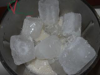 Añadir el hielo para picar con el líquido filtrado.