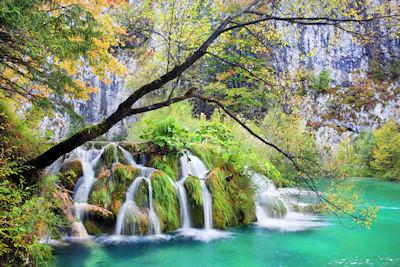 Impresionante cascada en el Lago Plitvice del Parque Nacional en Croacia