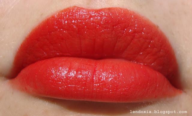 crveni ruz s narancastim podtonom