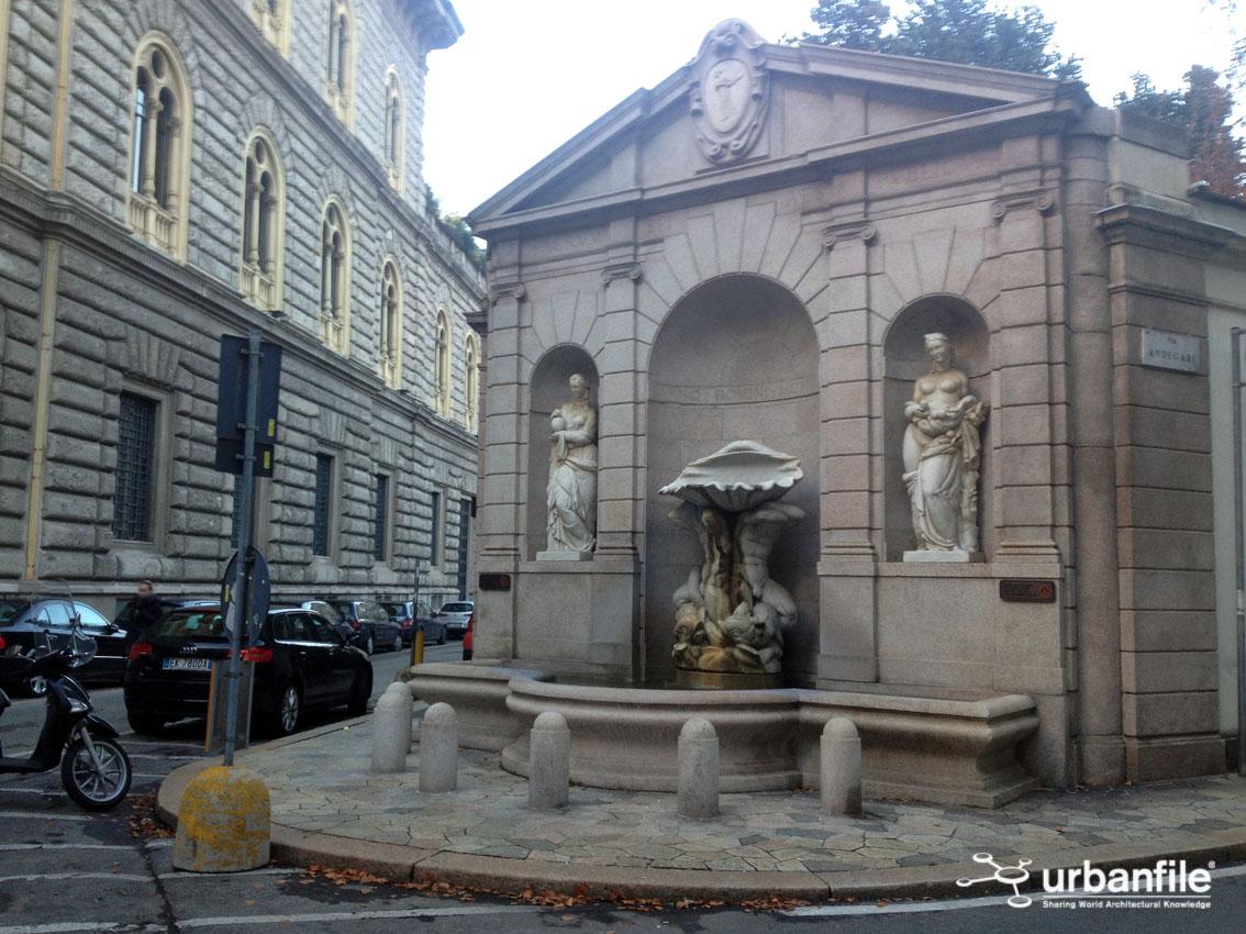 Urbanfile milano la fontana dei tritoni in via andegari for Fontana arredamenti milano via tibaldi